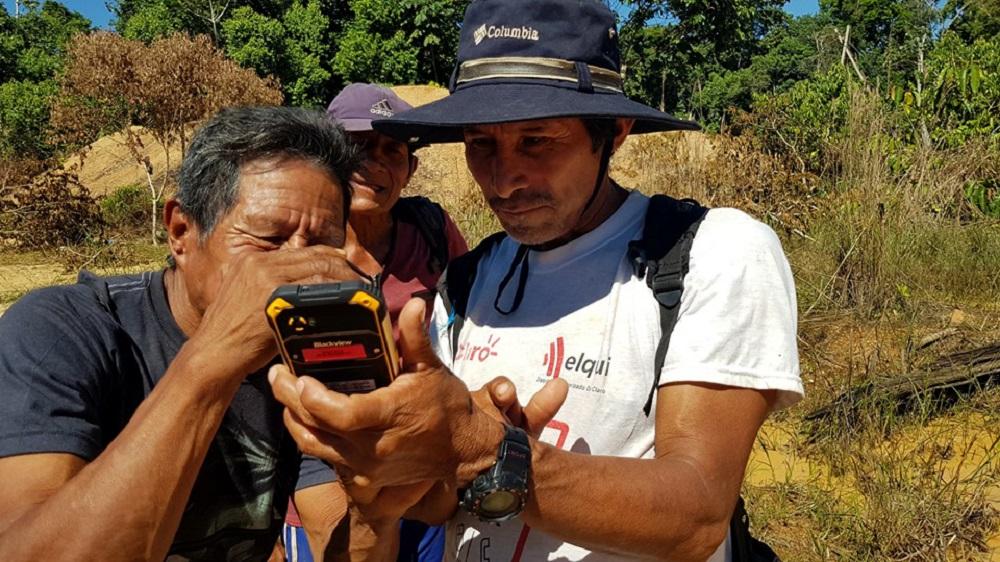 Guardaparques y vigilantes comunales de Amarakaeri usan GPS, drones y celulares para alertar la presencia de actividades extractivas como la minería y la tala ilegal.
