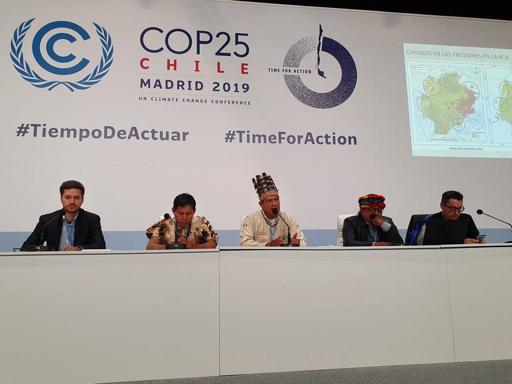 Walter Quertehuari, Luis Tayori y Juan Carlos Jintiach, dirigentes del ECA Amarakaeri y de la Coordinadora de las Organizaciones Indígenas de la Cuenca Amazónica (COICA)