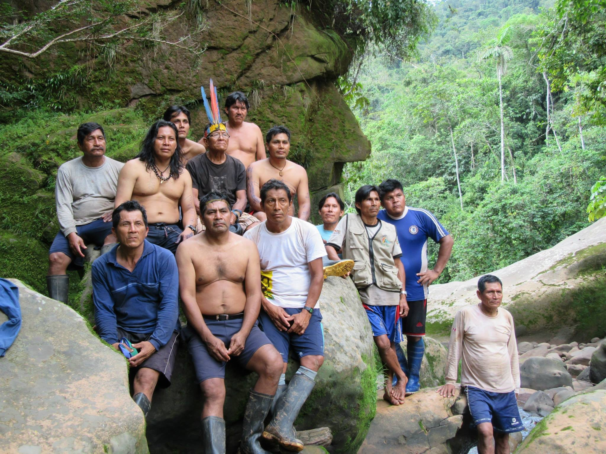 Luis Tayori realizó tres expediciones a la Reserva Comunal Amarakaeri acompañado por sabios líderes hakarbut para ubicar las quebradas y sitios sagrados. En uno de ellos se ubicó el rostro harakbut
